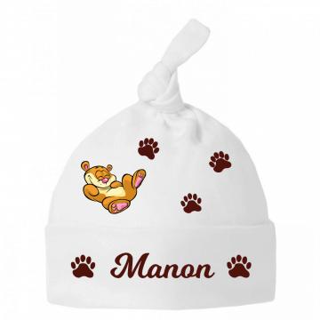 Un petit ours malicieux sur le chapeau de bébé !