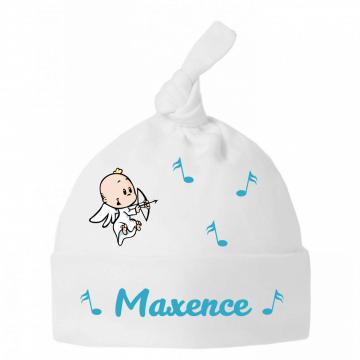 Les anges se penchent sur le chapeau de bébé